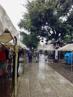 雨の中テント張り