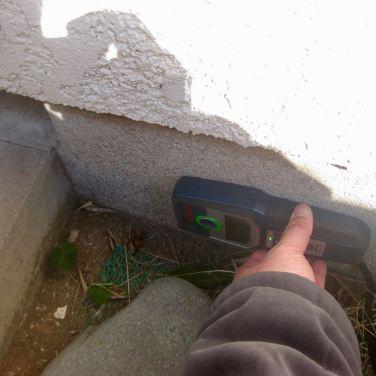 簡易鉄筋センサーで基礎内の鉄筋の有無を調査