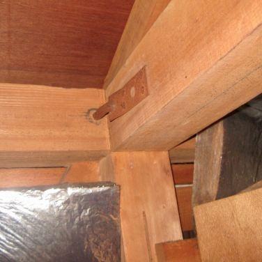 天井裏で既存金物を調査